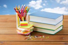 Chiuda su delle penne, dei libri, delle clip e degli autoadesivi Fotografie Stock Libere da Diritti