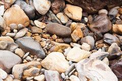 Chiuda su delle pietre del mare e delle rocce naturali dei ciottoli ai precedenti della spiaggia Fotografia Stock Libera da Diritti