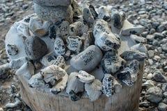 Chiuda su delle pietre esoterical di energia con i desideri scritti fotografia stock