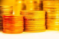 Chiuda su delle pile dorate della moneta Immagine Stock