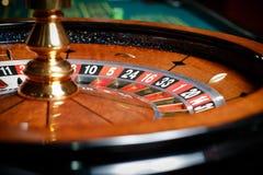 Chiuda su delle roulette al casinò Immagine Stock