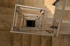 Chiuda su delle scale moderne di spirale di corridoio Immagini Stock