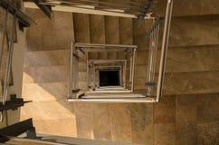Chiuda su delle scale moderne di spirale di corridoio Fotografie Stock Libere da Diritti