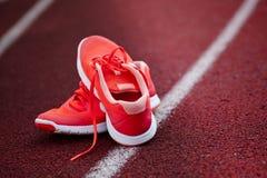 Chiuda su delle scarpe da corsa Fotografie Stock