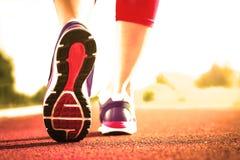 Chiuda su delle scarpe da corsa in uso Immagine Stock