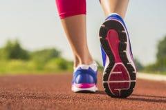 Chiuda su delle scarpe da corsa in uso Immagini Stock