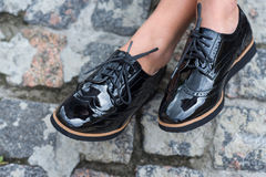 Chiuda su delle scarpe femminili alla moda Scarpe all'aperto di modo Immagine Stock Libera da Diritti