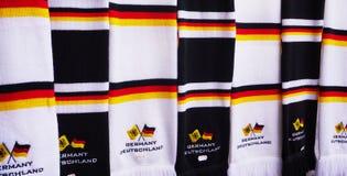 Chiuda su delle sciarpe con i colori della bandiera tedesca fotografie stock libere da diritti