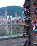 Chiuda su delle serrature di amore con Heidelberg nel fondo immagini stock libere da diritti