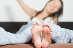 Chiuda su delle sogliole dei piedi femminili Fotografia Stock Libera da Diritti