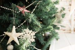 Chiuda su delle stelle decorate dell'albero di Natale Immagine Stock