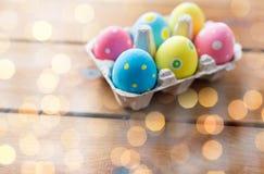 Chiuda su delle uova di Pasqua colorate in scatola delle uova Fotografia Stock