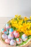 Chiuda su delle uova di Pasqua dipinte a mano verticali con lo spazio della copia Immagine Stock Libera da Diritti