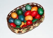 Chiuda su delle uova di Pasqua variopinte in un canestro Pasqua felice, Chri Fotografia Stock