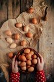 Chiuda su delle uova in un canestro Vista superiore delle uova in ciotola Brown e Immagine Stock