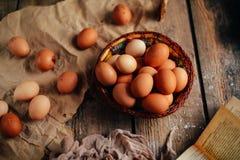 Chiuda su delle uova in un canestro Vista superiore delle uova in ciotola Brown e Immagini Stock