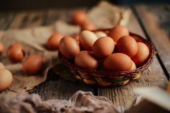 Chiuda su delle uova in un canestro Vista superiore delle uova in ciotola Brown e Fotografia Stock Libera da Diritti