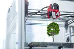 Chiuda su dello stampatore 3D che crea il modello dell'albero Fotografia Stock