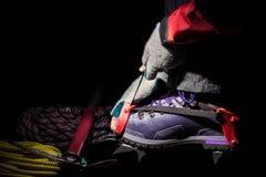 Chiuda su dello stivale della plastica e del rampone per alpinismo Escursione dell'attrezzatura sul ghiacciaio Fotografia Stock