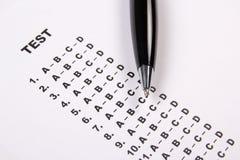 Chiuda su dello strato della valutazione del test con le risposte e la penna Fotografie Stock Libere da Diritti