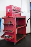 Chiuda su dello strumento in cassetti rossi Immagine Stock