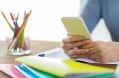 Chiuda su dello studente con lo smartphone ed il taccuino Immagine Stock Libera da Diritti