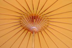 Chiuda su dentro stile orientale giallo-chiaro di un ombrello di carta fotografia stock libera da diritti
