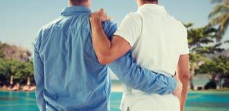 Chiuda su di abbracciare gay maschio felice delle coppie fotografia stock