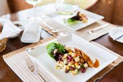 Chiuda su di alimento sul piatto al ristorante Fotografia Stock Libera da Diritti