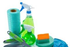 Chiuda su di attrezzature per la pulizia con la bottiglia dello spruzzo Fotografie Stock Libere da Diritti
