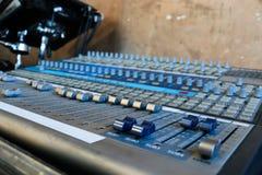 Chiuda su di audio manopole del miscelatore Immagine Stock