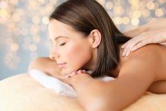 Chiuda su di bella donna che ha massaggio alla stazione termale immagine stock