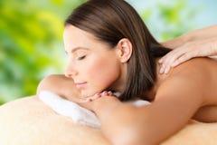 Chiuda su di bella donna che ha massaggio alla stazione termale fotografie stock libere da diritti