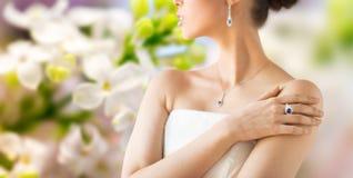 Chiuda su di bella donna con l'anello immagine stock