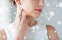 Chiuda su di bella donna con l'anello e l'orecchino fotografia stock