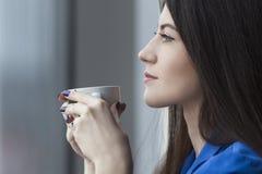 Chiuda su di bella donna con la tazza di caffè fotografie stock libere da diritti