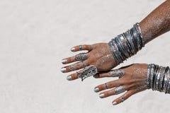Chiuda su di bella donna tribale Mani del ballerino etnico Fotografie Stock Libere da Diritti