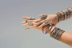 Chiuda su di bella donna tribale Mani del ballerino etnico Fotografia Stock