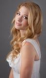 Chiuda su di bella giovane donna Fotografie Stock