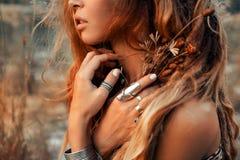 Chiuda su di bella giovane donna al tramonto Immagini Stock