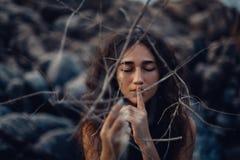 Chiuda su di bella giovane donna all'aperto concetto del mestiere della strega fotografia stock libera da diritti