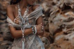 Chiuda su di bella giovane donna con i gioielli di boho Immagini Stock Libere da Diritti