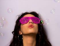 Chiuda su di bella ragazza con le bolle di sapone di salto di trucco professionale intorno lei Fotografie Stock Libere da Diritti