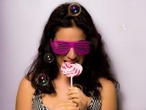 Chiuda su di bella ragazza con le bolle di sapone di salto di trucco professionale intorno lei Fotografia Stock Libera da Diritti