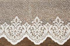 Chiuda su di bella Tulle bianca Campione puro del tessuto delle tende Struttura, fondo, modello Arco della stella blu con il nast immagine stock