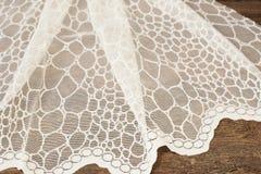 Chiuda su di bella Tulle bianca Campione puro del tessuto delle tende Struttura, fondo, modello Arco della stella blu con il nast immagini stock