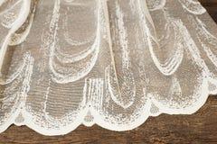 Chiuda su di bella Tulle bianca Campione puro del tessuto delle tende Struttura, fondo, modello Arco della stella blu con il nast fotografia stock