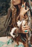 Chiuda su di belle giovani mani di boho con le piume Fotografia Stock Libera da Diritti