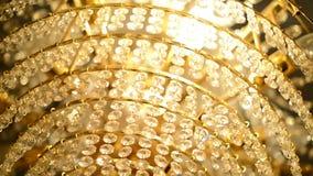 Chiuda su di bello candeliere di lusso nella chiesa video d archivio