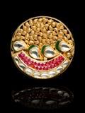 Chiuda su di bello Diamond Ring, con i molti pietra preziosa preziosa differente Fotografie Stock Libere da Diritti